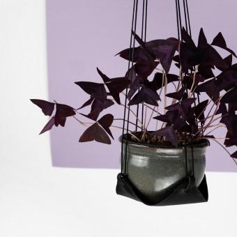 Laura Stolz / Pflanzenhänger / Blumenampel / pflanzlich gegerbtes Leder / schwarz