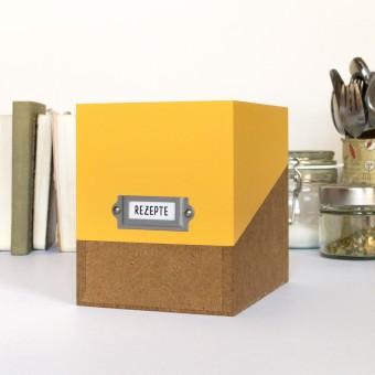sperlingB – Rezeptbox, safrangelb, Karteikartenbox mit Metallschild  für Rezepte